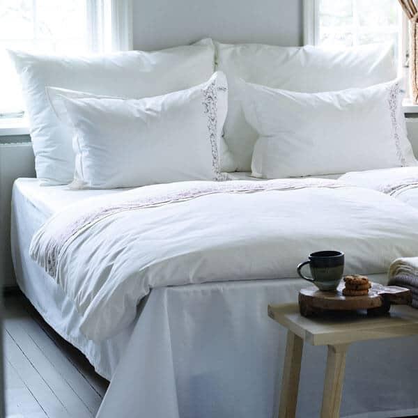 Stora kuddar och hotellkuddar på en säng