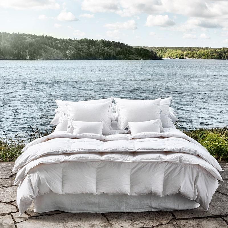 Duntäcke på en säng som står utomhus
